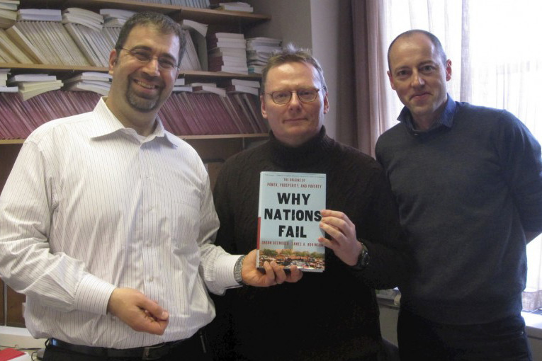 Слева направо: Дарон Аджемоглу, Джеймс Робинсон и Оуэн Бардер. Фото: owen.org