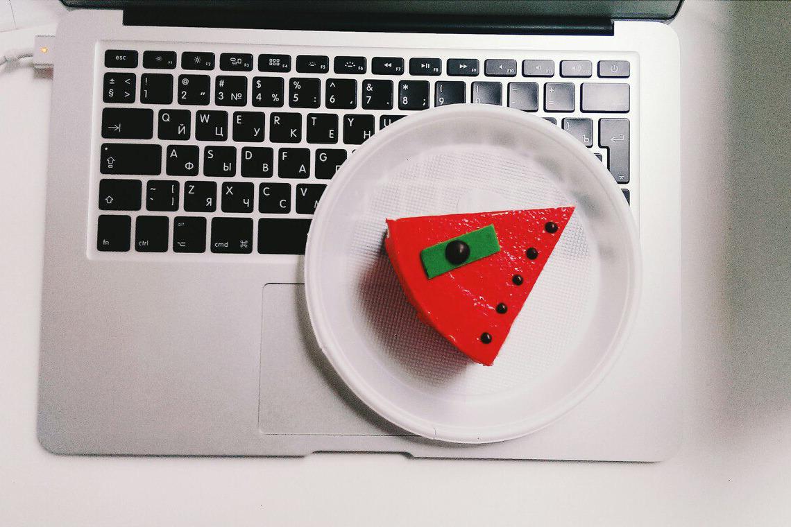 Бильд-редактор KYKY обедает пирожным из