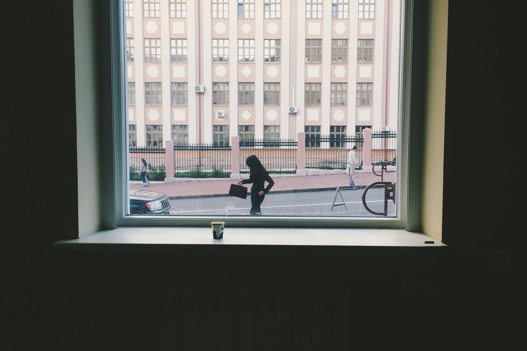 Вид из помещения на улицу Комсомольская