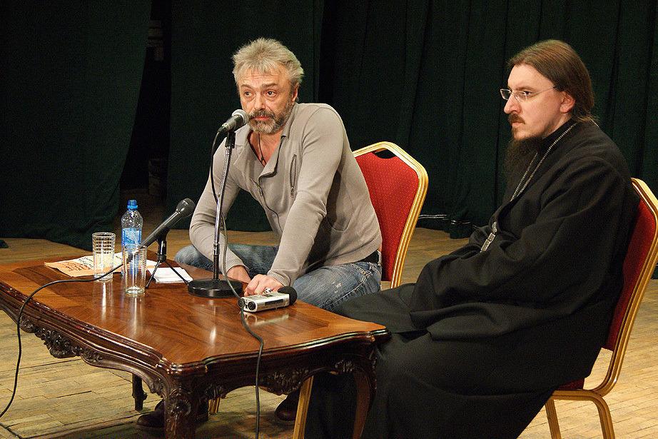 Публичная встреча с лидером группы «Алиса» Константином Кинчевым и отцом Иоасафом. Фото: Евгений Чесноков