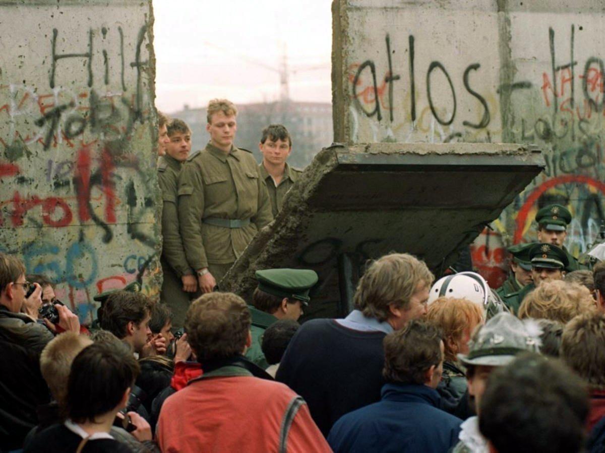 Падение Берлинской стены, фото: AFP