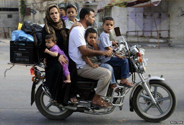 Палестинская семья в Газе на мотоцикле, фото: BBC.com