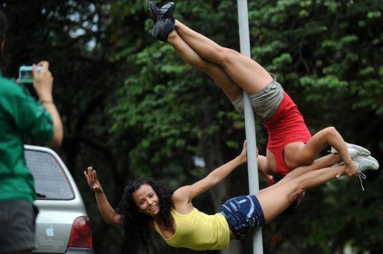 В 2012 году журналисты The Huffingtonpost распространили информацию о том, что проститутки в Новой Зеландии ломают дорожные знаки, используя их как шесты для стриптиза