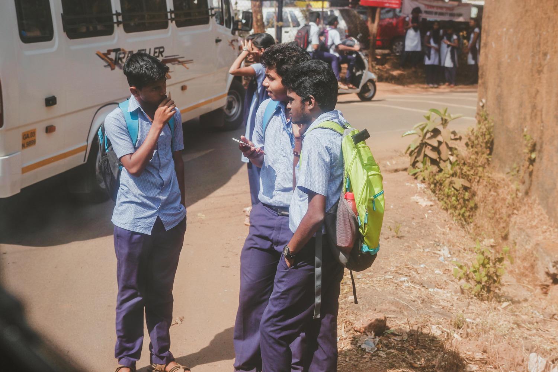 Образование необязательное, первые девять классов – бесплатные. Все школьники ходят в форме, и за каждым по утрам заезжает автобус.