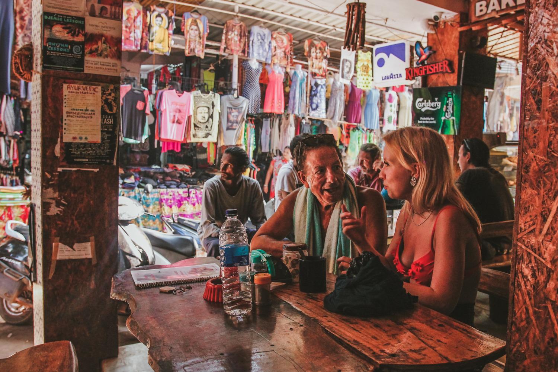 Они только что познакомились, она пытается объяснить, где живет, а он покупает ей сок