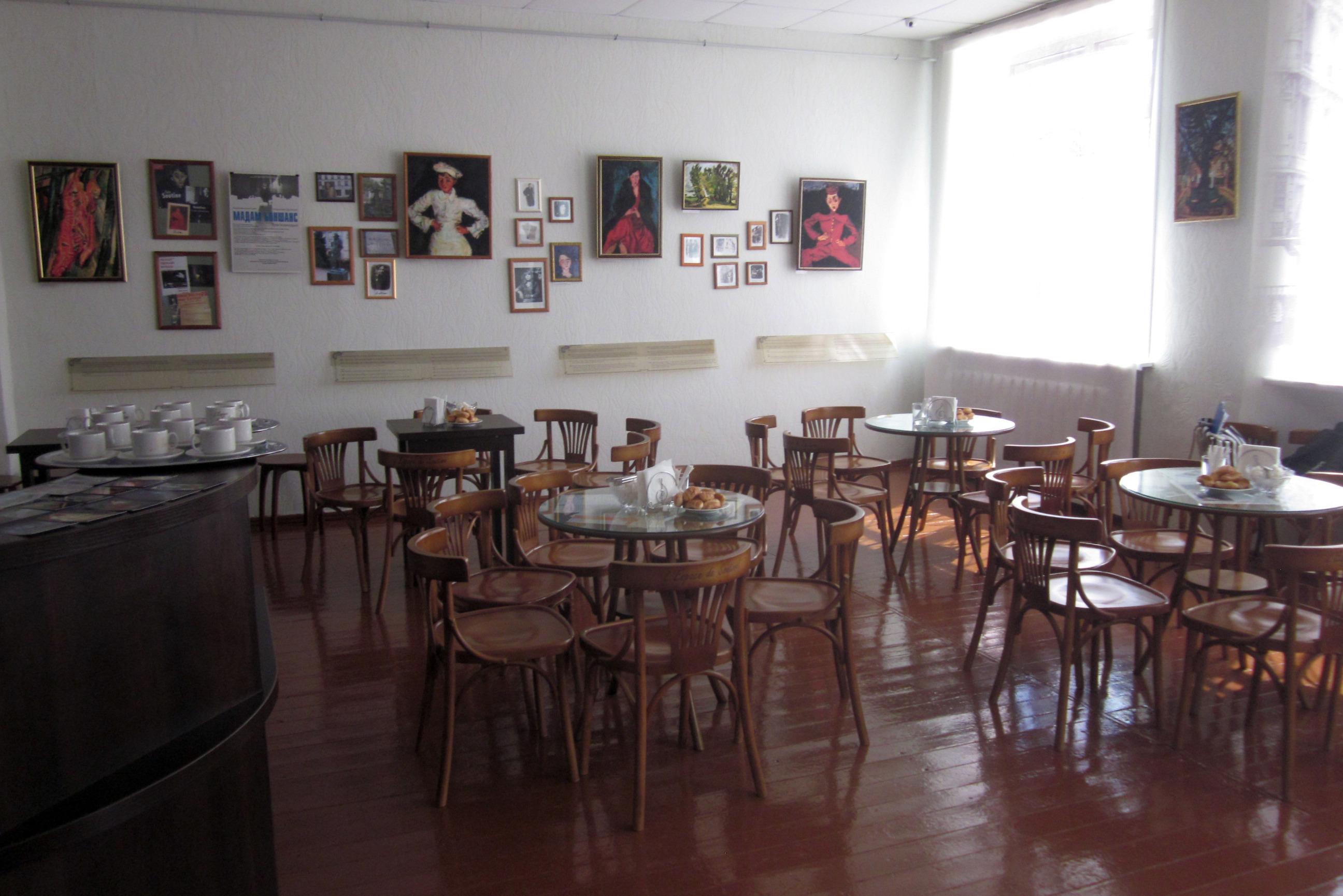 Музей Хаима Сутина, на стене – репродукция картин, в том числе и «Маленький кондитер»