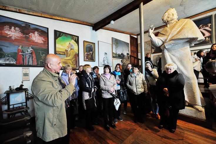 Феликс Янушкевич проводит экскурсию, фото: Александр Быченко