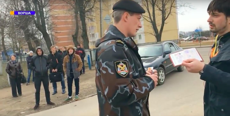 Момент задержания журналистов в Орше (кадр из трансляции Белсата)