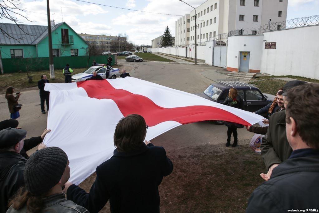 У минской тюрьмы на Окрестина активисты встречали первых освобожденных (после задержаний 15 марта) бчб-флагом. Фото: svaboda.org