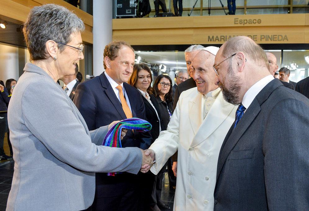 В Европарламенте Папе Римскому подарили шарф в цветах ЛГБТ. Фото: queer.pl