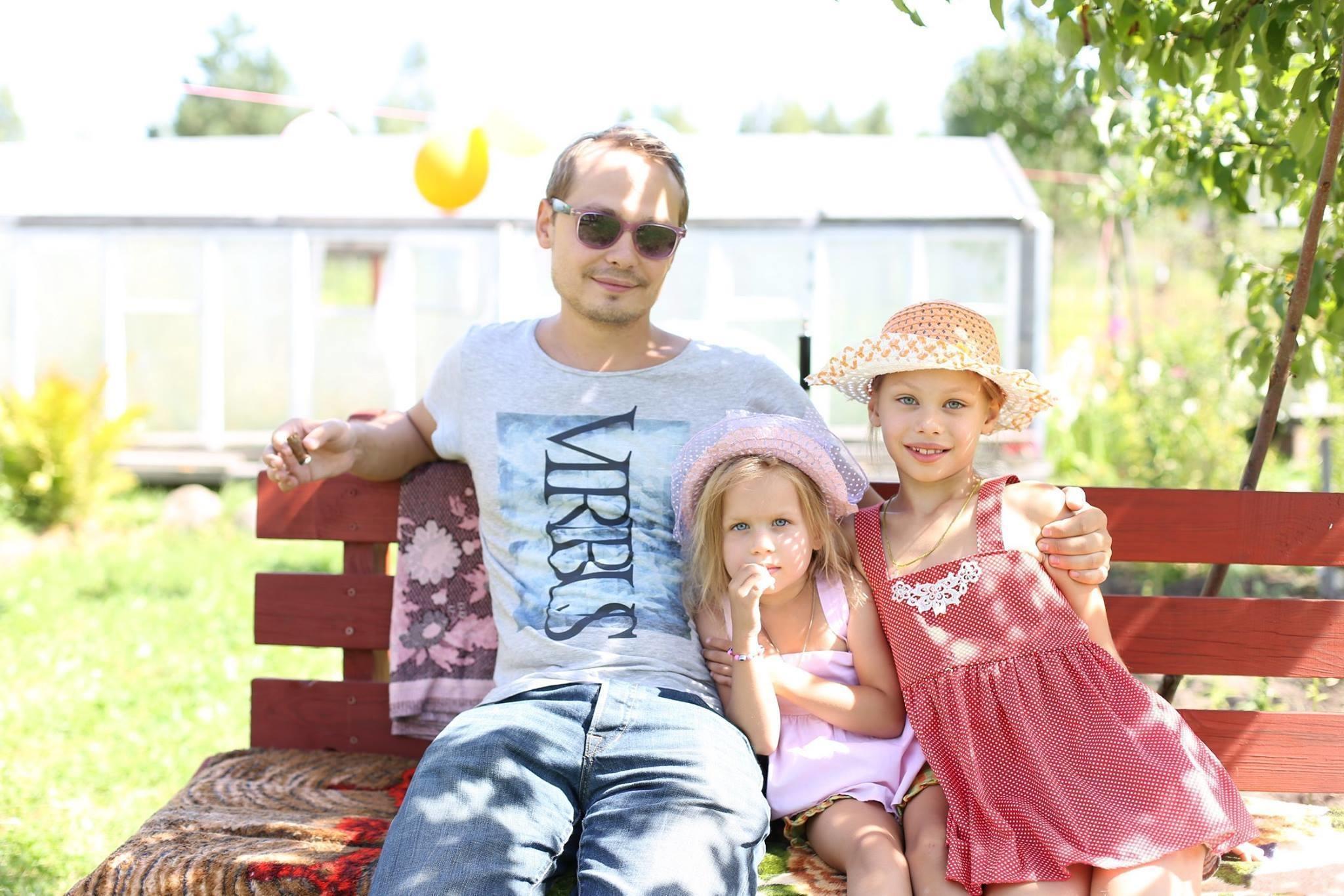 Руслан Бордак с дочерьми, фото из FB