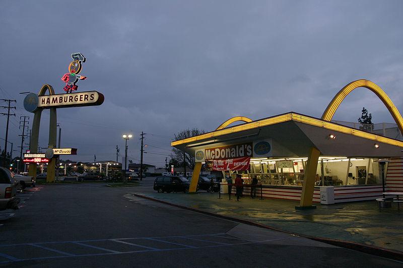 Самый старый из ныне действующих ресторанов «Макдоналдс» в мире. Фото: Bryan Hong
