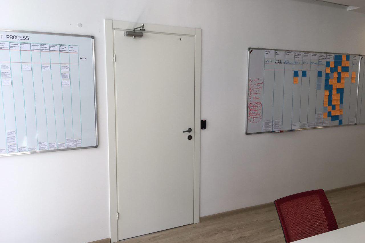 Это дверь в комнату разработчиков, я туда действительно не буду заходить, потому что боюсь