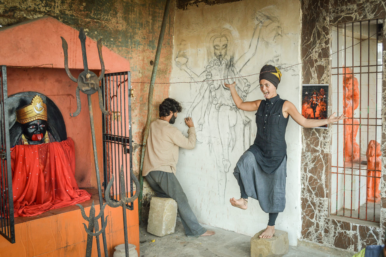 Итальянский художник рисует богиню Кали Ма в храме Кали Ма с девушки Софико из Грузии