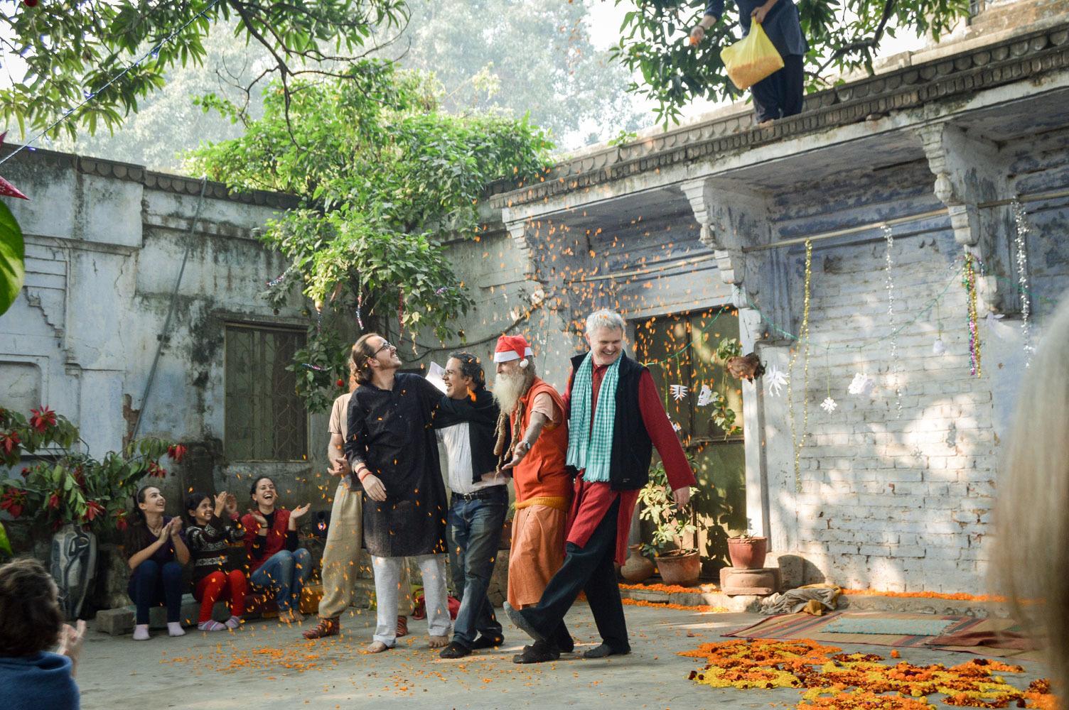 Люди со всего мира праздную Рождество в Варанаси