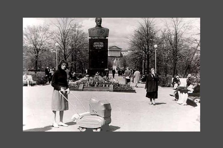 Памятник Сергею Грицевцу стоял в сквере напротив цирка – сейчас на его месте памятник Янке Купале. Фото 1961 года.