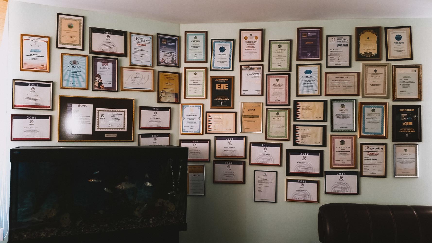 Стена в офисе, на которой собраны награды компании