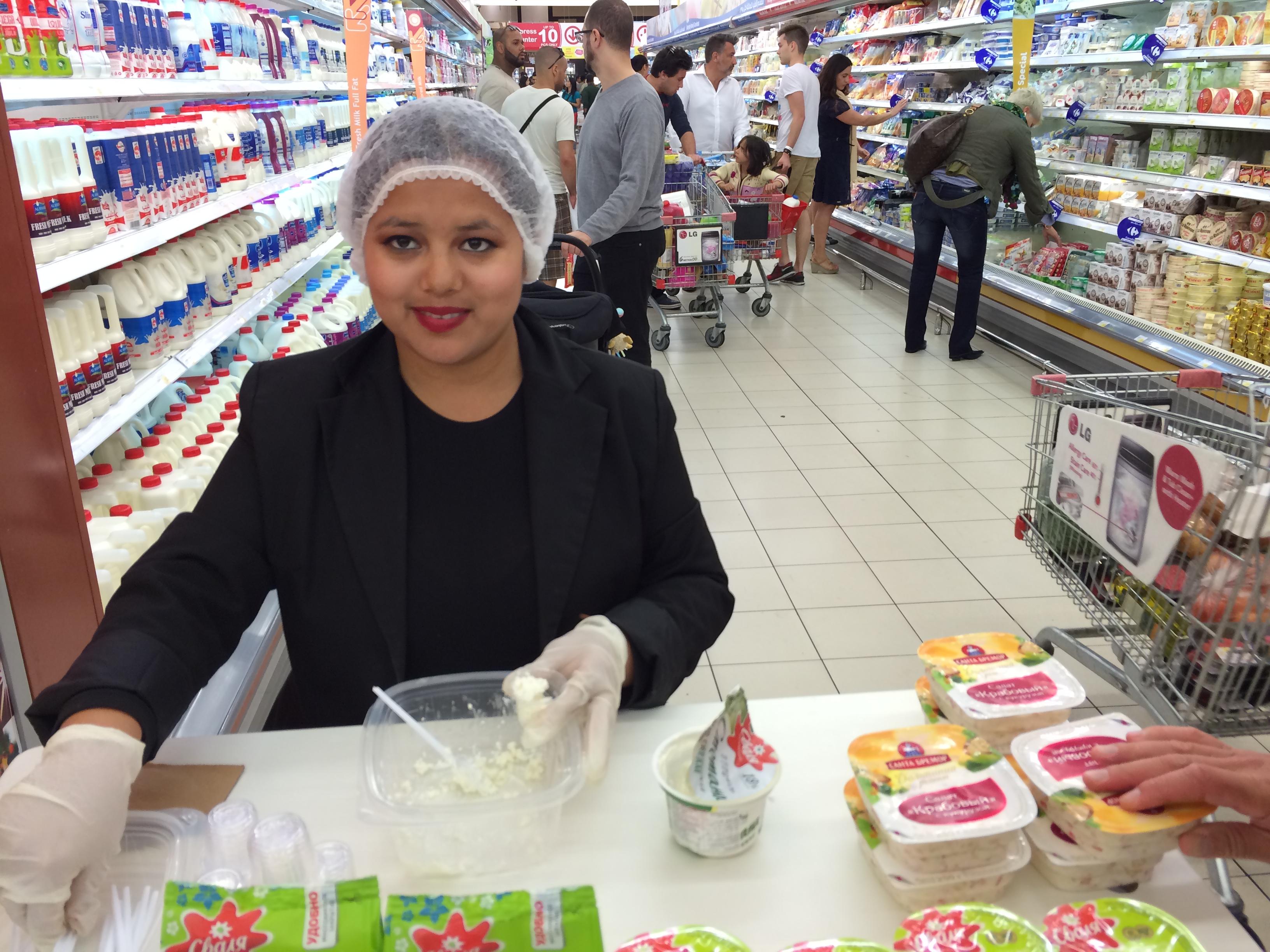 В гипермаркете в Дубае проходит дегустация белорусской продукции марки