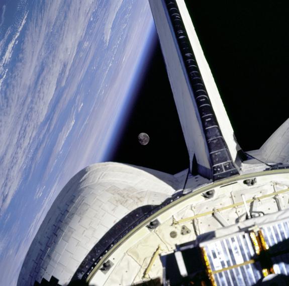 Луна между шаттлом Discovery и поверхностью Земли