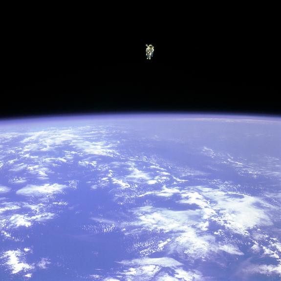 Астронавт Брюс МакКендлс в открытом космосе, 1984 год